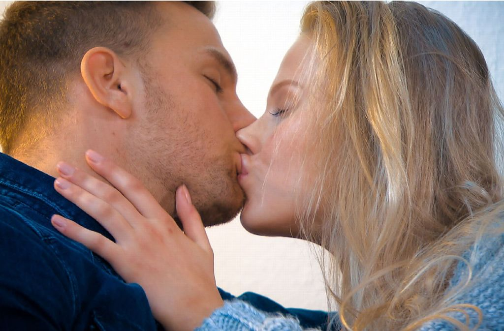 Trotz inniger Küsse: Bachelor Sebastian Preuss gab Leah keine Rose. Grund sollen ihre aufgespritzten Lippen gewesen sein. Foto: RTL/TVNOW