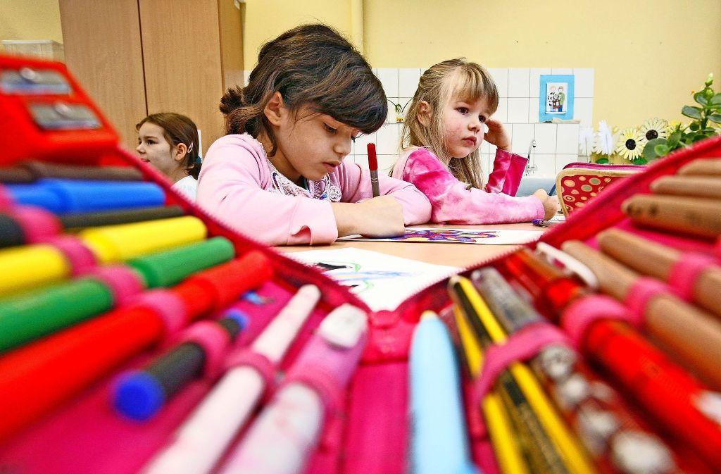 Eltern in Filderstadt müssen für die Betreuung ihrer Kinder in der verlässlichen Grundschule in Zukunft tiefer in die Tasche greifen. Foto: AP