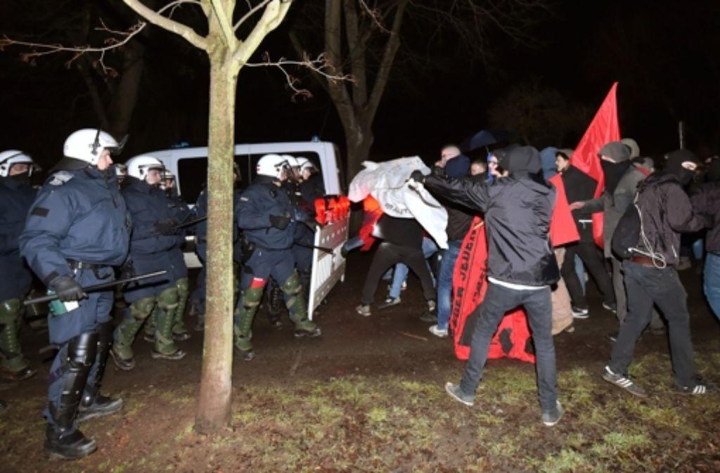 Polizisten verwehren auf dem Wartberg in Pforzheim Gegendemonstranten den Zugang. Weitere Bilder der Auseinandersetzungen in Pforzheim gibt es in der Bildergalerie. Foto: dpa
