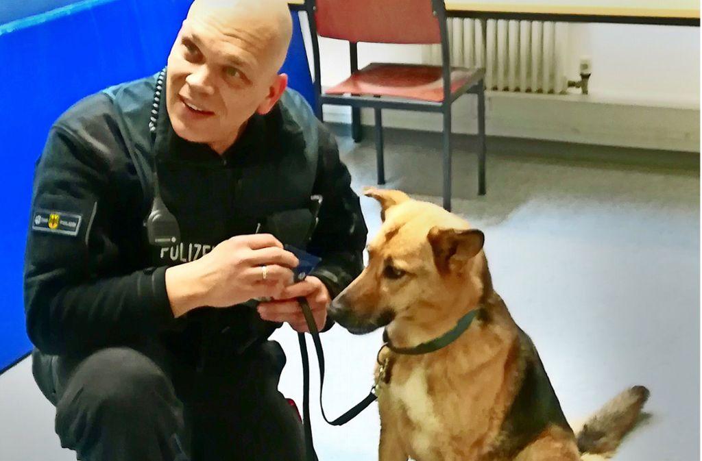 Polizeihundeführer Volker Jühlke mit der ausgebüxten Hundedame. Foto: Bundespolizei