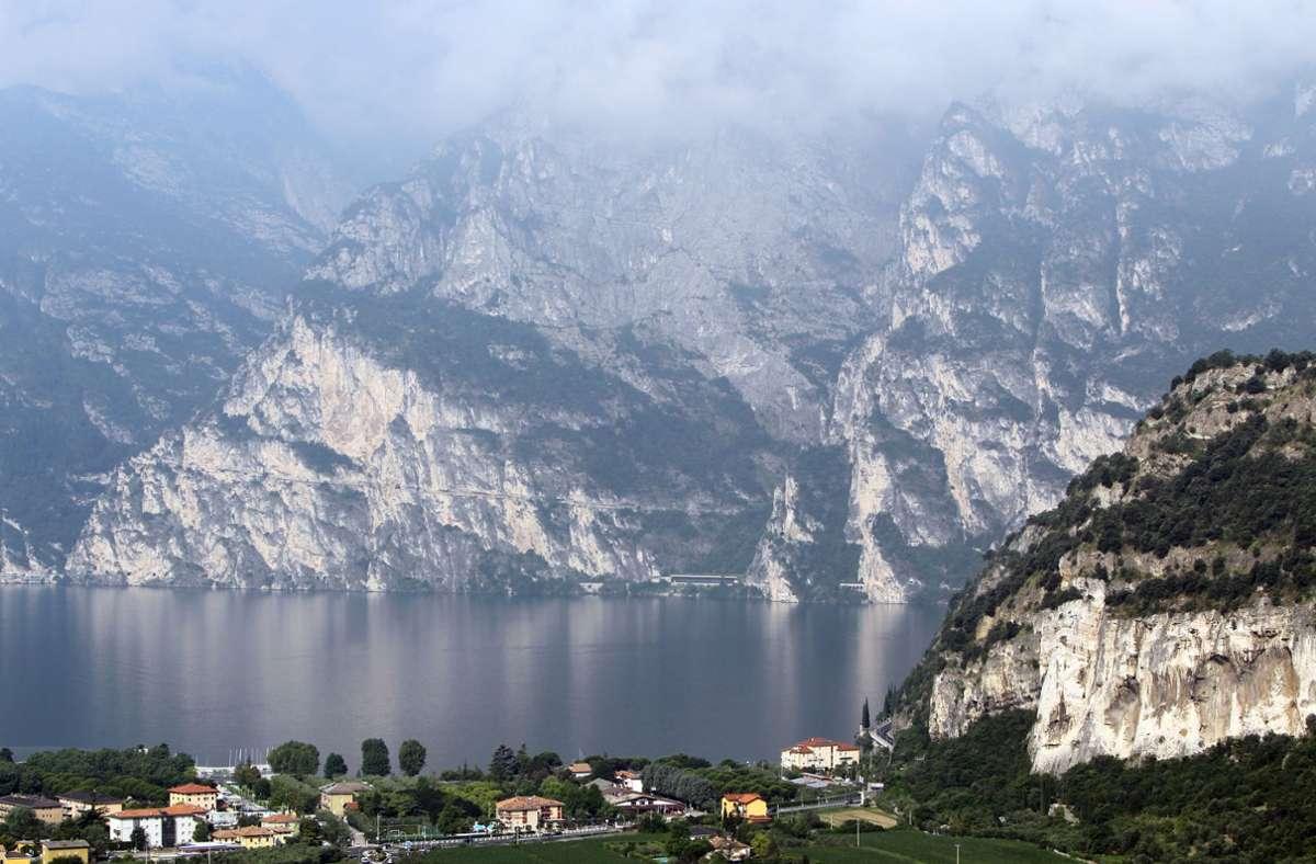 Blick von Nago (Italien) auf den Gardasee und die Gemeinde Torbole. Foto: dpa/Daniel Karmann