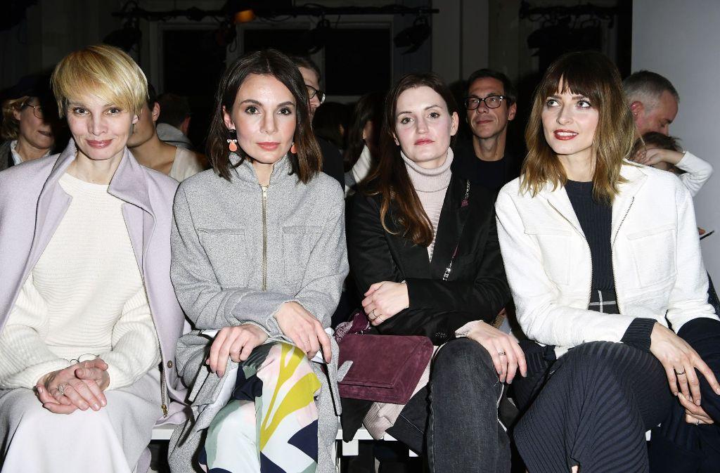 Die Schauspielerinnen Susann Atwell und Nadine Warmuth gemeinsam mit Model Eva Padberg (rechts) während der Show von Perret Schaad auf der Berlin Fashion Week. Foto: Getty Images Europe