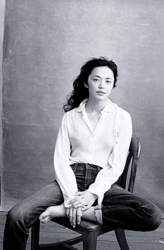 Die chinesische Schauspielerin Yao Chen posiert für den Kalender. Foto: Annie Leibovitz/Pirelli Kalender/dpa