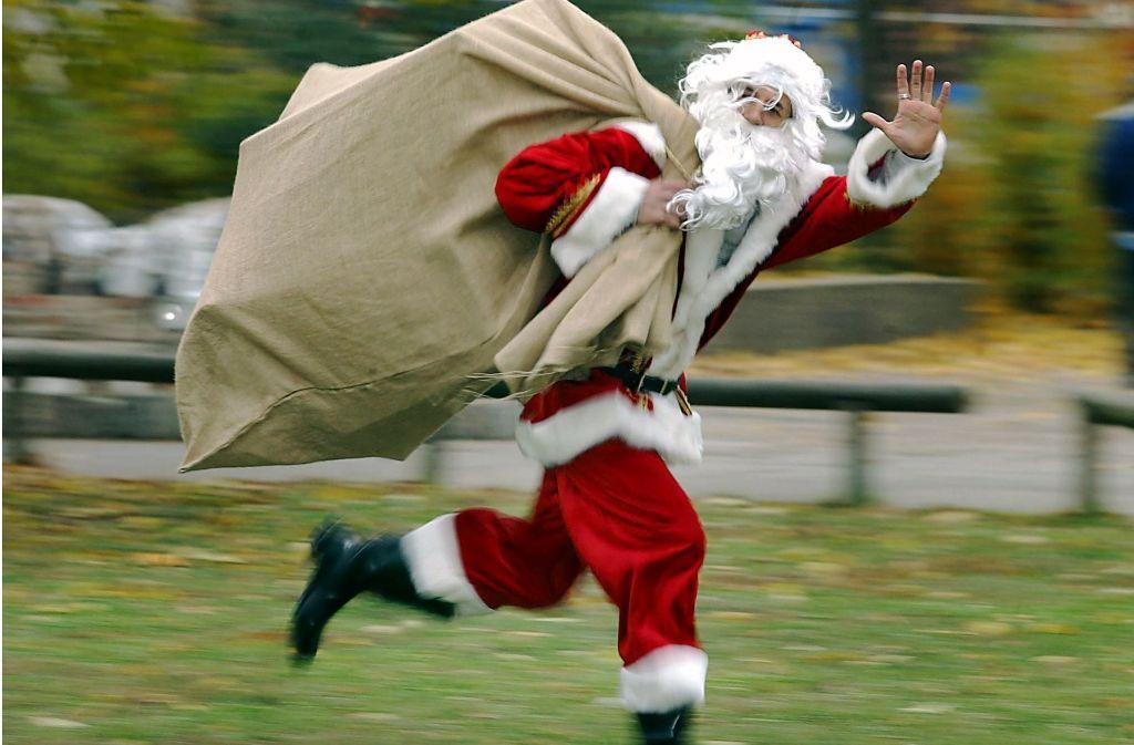 Inmer in Eile: Das hochheilige Fest der Geburt Jesu Christi bedeutet für den Weihnachtsmann Megastress. Foto: dpa
