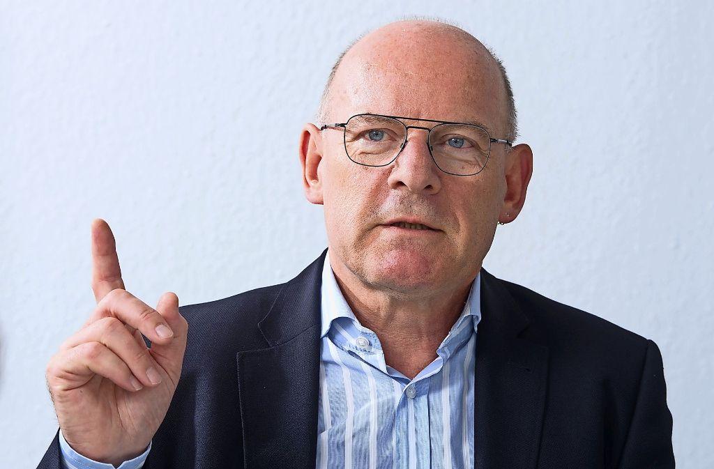 Winfried Hermann hält ein Umdenken bei der Wahl der Verkehrsmittel für notwendig, damit die Probleme gemeistert werden können. Foto: dpa