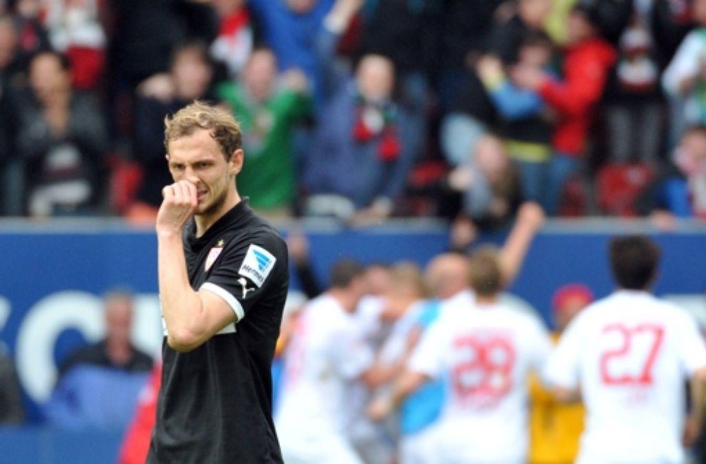Der VfB-Verteidiger Georg Niedermeier mag nicht hinsehen, wie Augsburg feiert. Foto: dpa