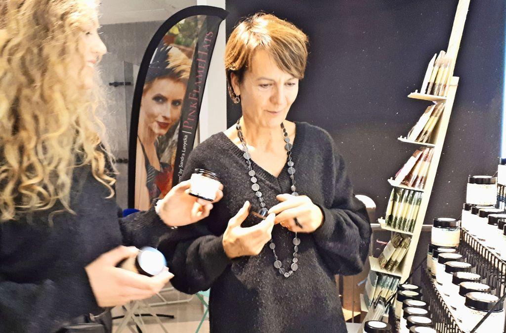 Daniela Illenberger (re.) fertigt sehr spezielle Produkte für ihre Kunden. Foto: Armin /Friedl
