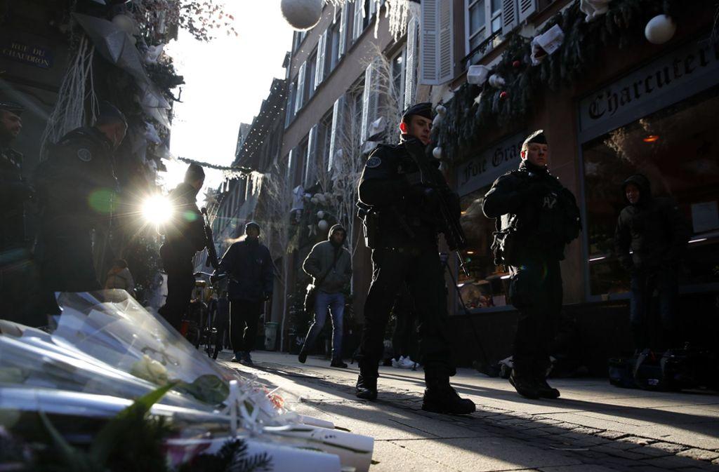 Schwer bewaffnete Polizisten patrouillieren durch Straßburg. Foto: AP