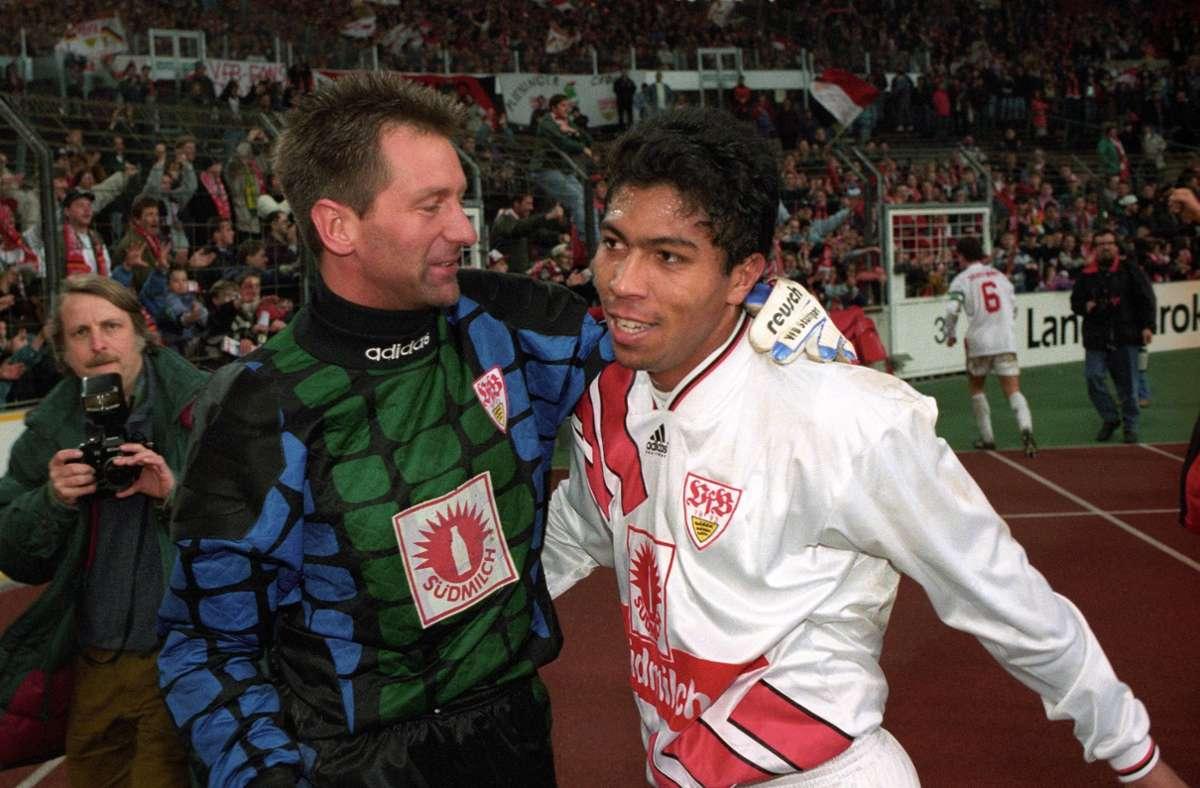Torwart Eike Immel und Stürmer Giovane Elber feiern den 4:2-Sieg des VfB über Bayer Leverkusen am 1. April 1995. Foto: imago/Rudel