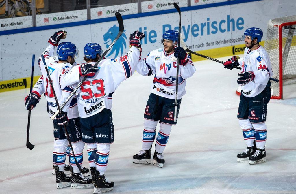 Die Adler Mannheim haben die Deutsche Eishockey-Meisterschaft im Blick. Foto: dpa