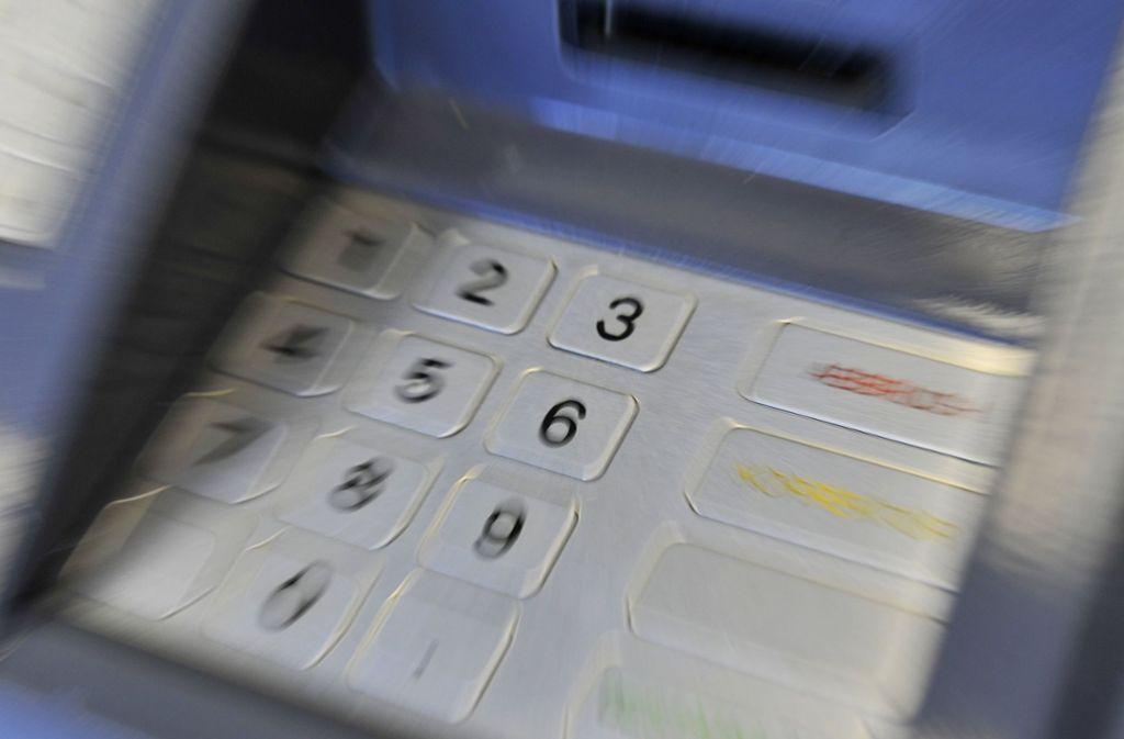 Die ING-Diba verhindert ab dem 1. Juli, dass ihre Kunden am Automat weniger als 50 Euro abheben. Nur in zwei Fällen gibt es eine Ausnahme. Foto: dpa