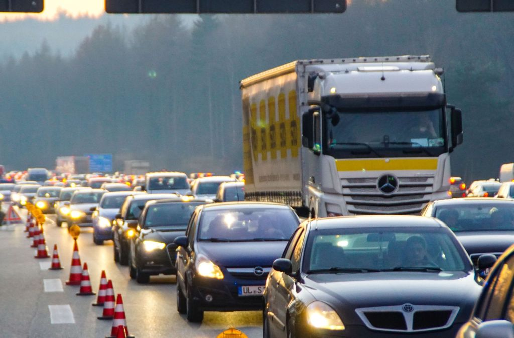 Nicht nur wie hier bei Unfällen, auch wegen der Großbaustelle herrscht am Kreuz Stuttgart dicke Luft. Foto: SDMG