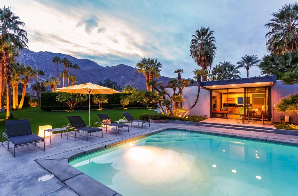 Am Pool gibt es noch ein extra Gästehaus. Das Haus wurde 1964 von Donald Wexler, Schüler von Richard Neutra, für die Sängerin und Schauspielerin Dinah Shore gebaut.  Foto: bStunt
