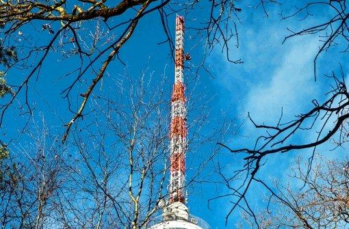 Fritz Kuhn und Peter Boudgoust machen den Weg frei: Der Fernsehturm ist saniert und kann besichtigt werden – von Samstag an kann man für sieben Euro Eintritt die Aussicht genießen. Foto: Lichtgut/Leif Piechowski