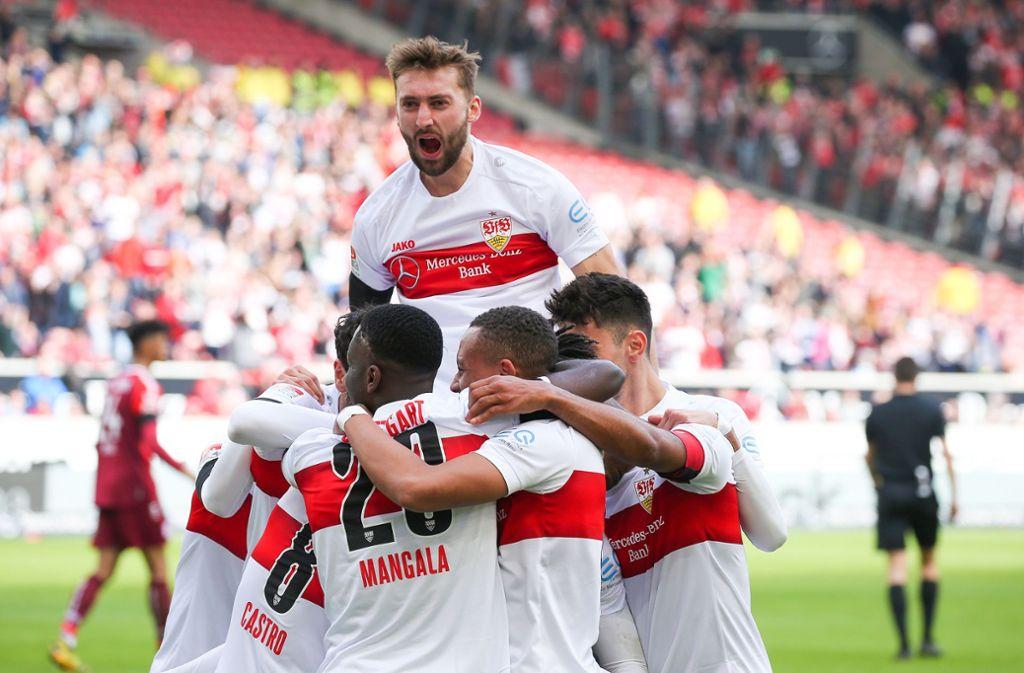 Die VfB-Spieler um Nathaniel Phillips jubeln über den Treffer zum 2:0 durch Gonzalo Castro. Foto: Pressefoto Baumann