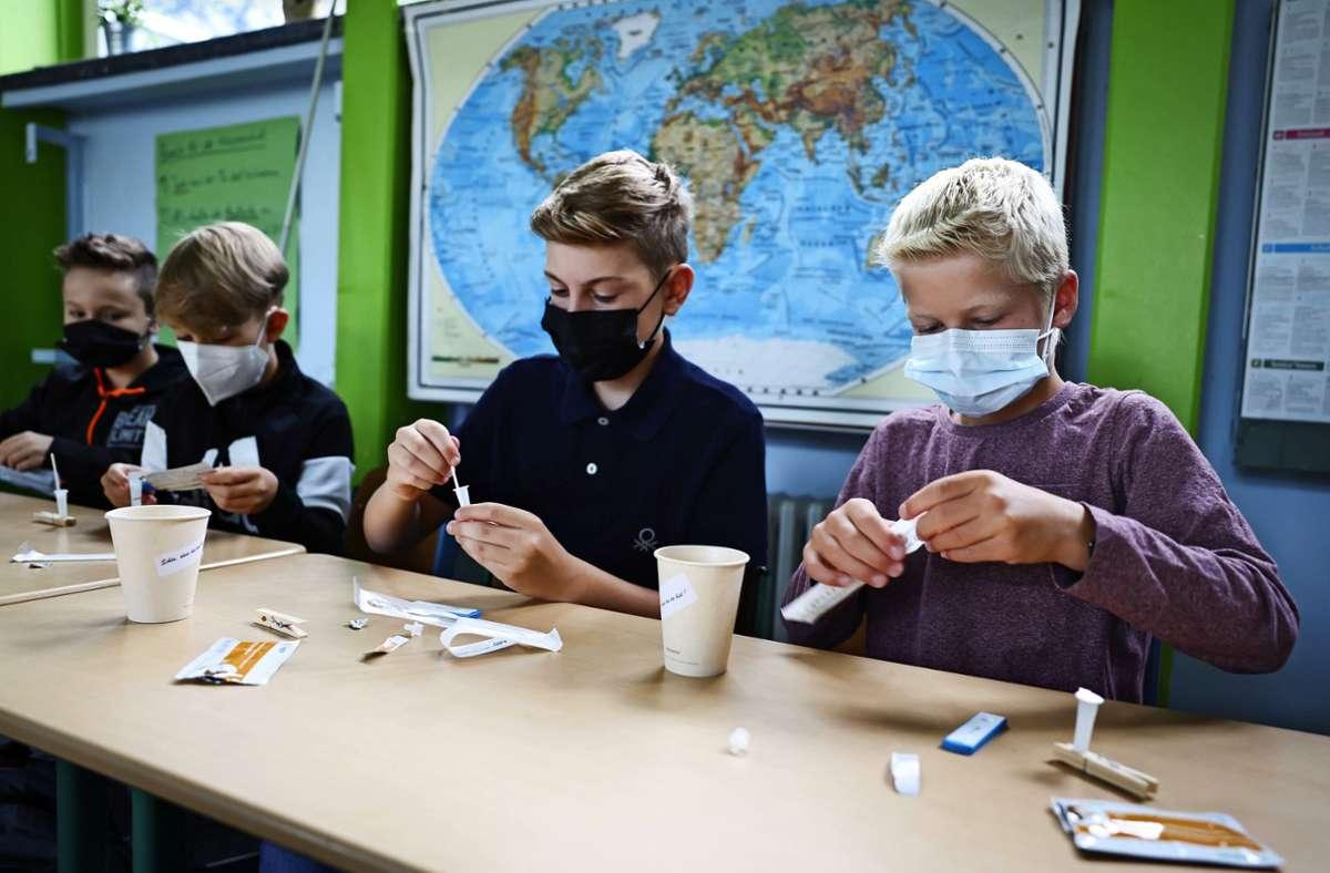 Bevor der Unterricht losgeht, müssen sich die Schüler testen. Foto: dpa/Christian Charisius