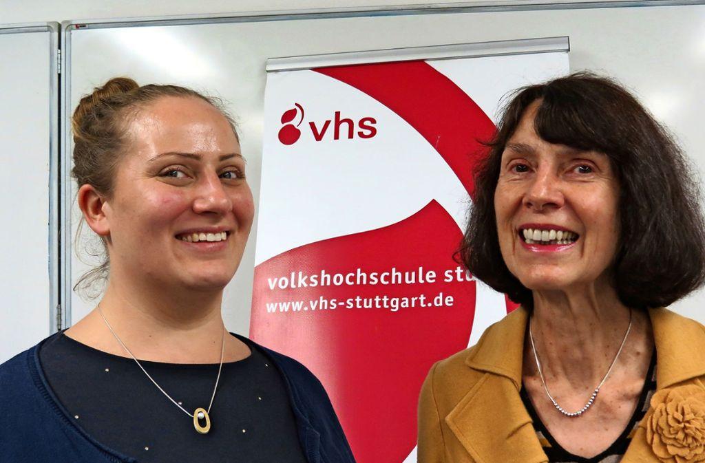 Vhs-Bildungsmanagerin Raphaela Huber (links) sucht einen Nachfolger für die langjährige Stadtteilbeauftragte Anna Wagner-Meyle. Foto: Bernd Zeyer