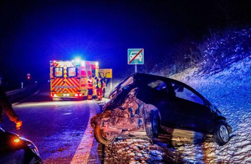 Straßenglätte führt zu Unfällen – Autofahrer schwer verletzt