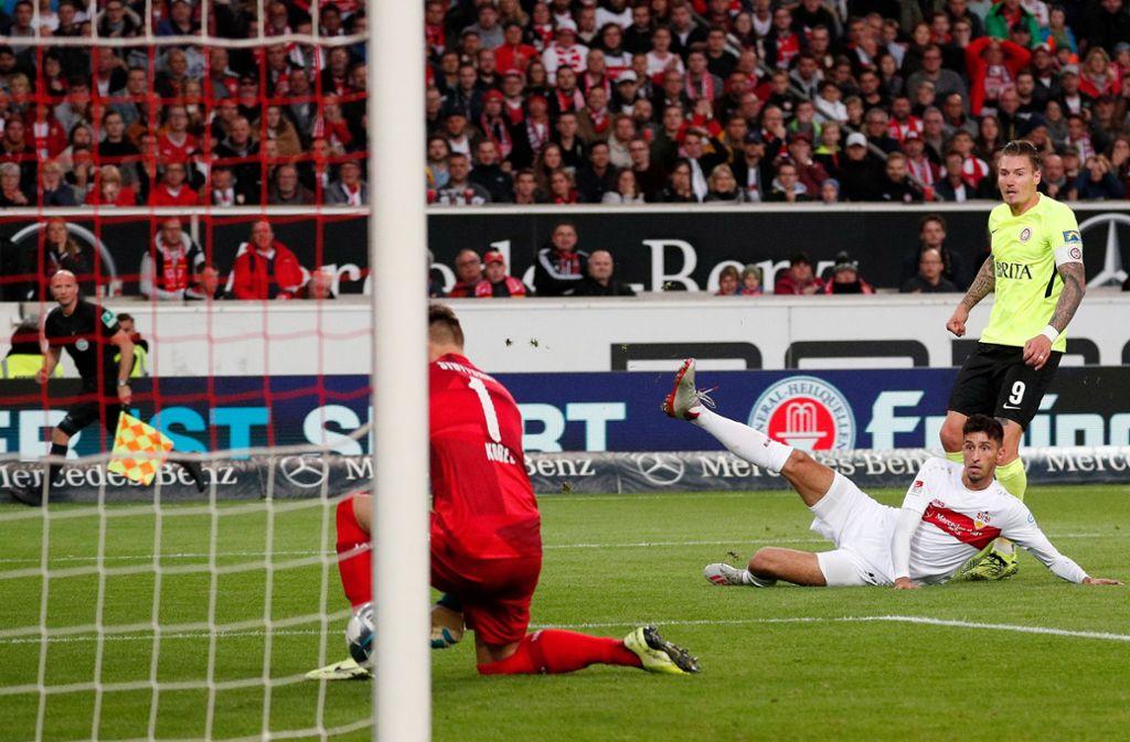 Manuel Schäffler zum Zweiten – der Stürmer des SV Wehen Wiesbaden schockte den VfB Stuttgart. Foto: Baumann