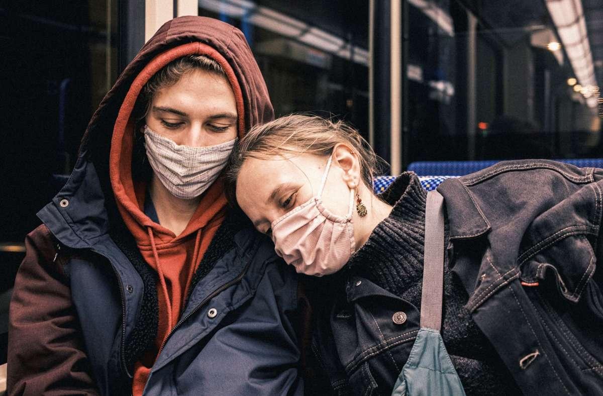 Obligatorisch in der Straßenbahn: die Maske. Auf diesem Bild hat unser Leser Julian Samsel eingefangen, wie ein mit ihm befreundetes Paar nach einem schönen Abend in der Innenstadt nach Hause gefahren ist. Foto: Julian Samsel
