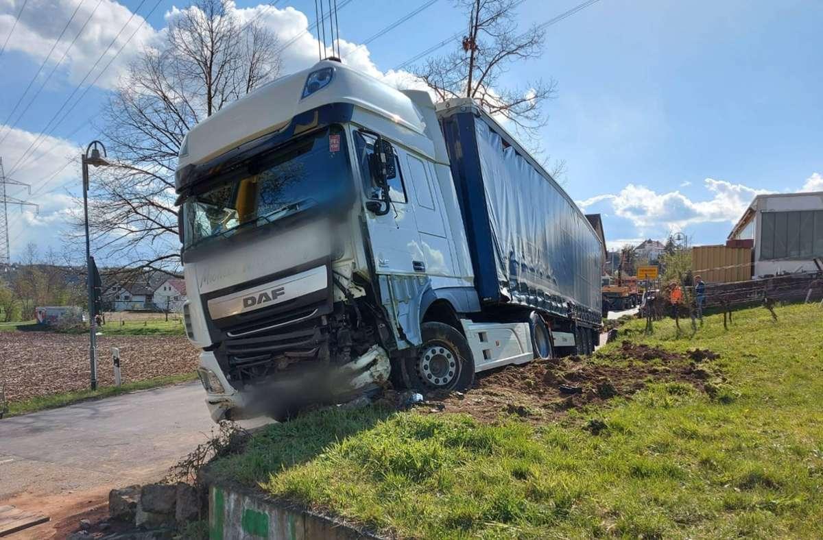 Ein Lastwagen hat in Bönnigheim vier Autos beschädigt. Foto: 7aktuell.de/ Hessenauer/7aktuell.de | Hessenauer