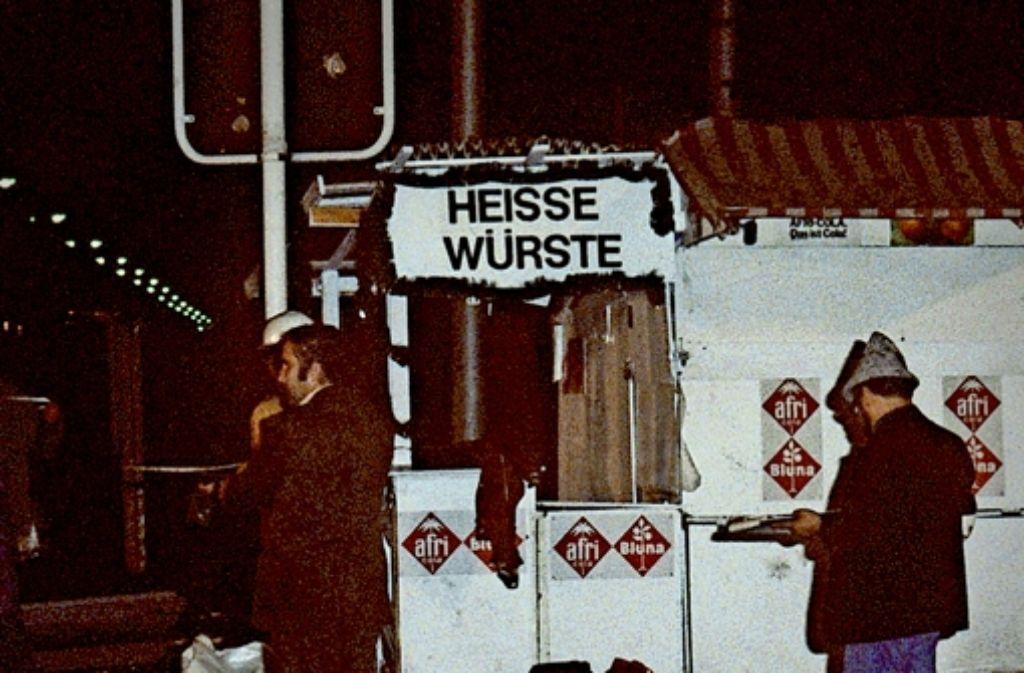 Noch in der Nacht des 26.9. 1980 werden alle Spuren am Tatort beseitigt. Foto: dpa