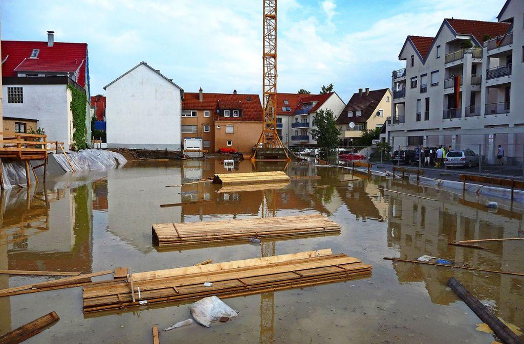 Auf der Baustelle in Ditzingen war im Jahr 2010 lange nicht an arbeiten zu denken.  In  den Gebäuden hatte das Wasser ebenso massive Schäden angerichtet. Foto: Glemsregion