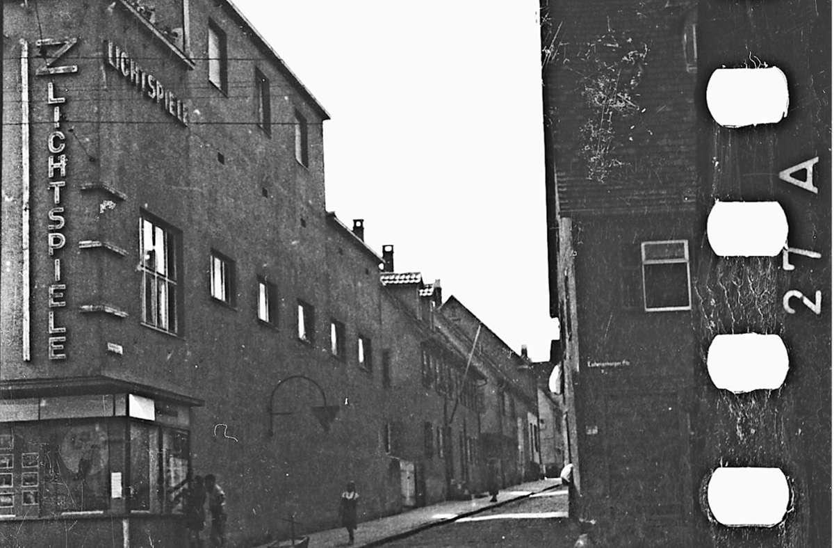 """So sahen die """"Z-Lichtspiele"""" an der damaligen Stuttgarter Straße (heute Ludwigsburger Straße 105) 1942 aus. Vor Kurzem wurde das Gebäude abgerissen. Foto: Stadtarchiv Stuttgart"""