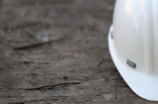 Bauarbeiter angefahren und auf Motorhaube mitgenommen