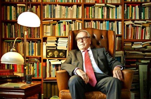 Jürgen Moltmann sitzt vor einer Wand voller Bücher und blickt auf ein Leben voller Hoffnung. Foto: Gottfried Stoppel
