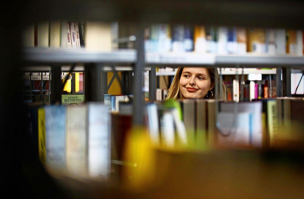 Gabriella Lambrecht  findet, eine Bibliothek sollte heimelig sein. Foto: Gottfried Stoppel