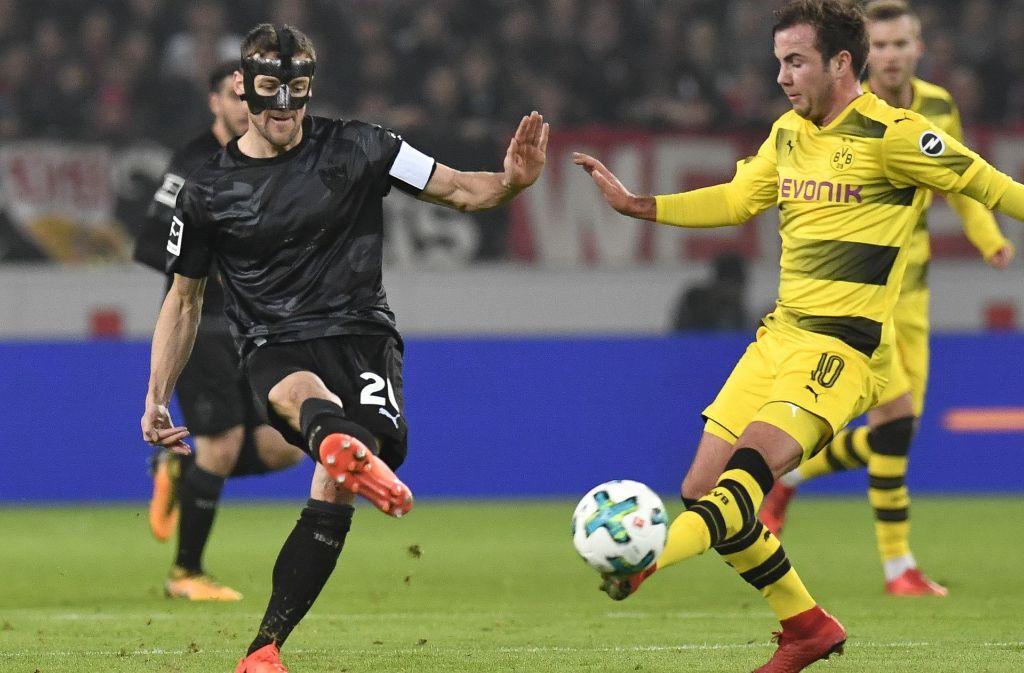 Christian Gentner gegen Mario Götze. Foto: AFP