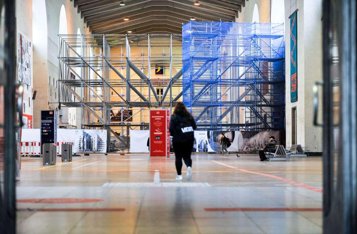 In der Schalterhalle des Stuttgarter Hauptbahnhofs hat eine 72-Jährige mehrere Menschen verbal angegriffen (Archivfoto). Foto: Lichtgut/Max Kovalenko