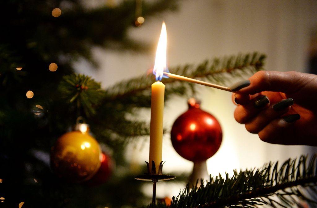 Offene Flammen am Weihnachtsbaum? Das muss nicht sein. LED-Lichter sind eine gute Alternative zu echten Kerzen. Foto: dpa