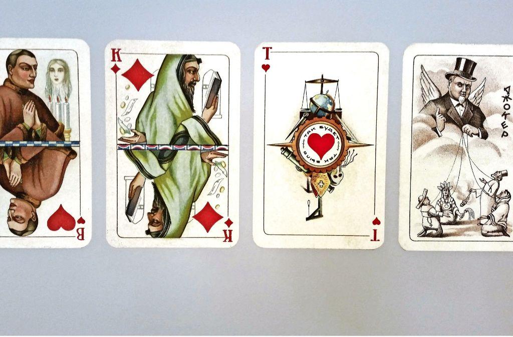 Ein antireligiöses Kartenspiel aus der Sowjetunion zeigt den Joker (rechts) als Kapitalist, der als himmlischer Marionettenspieler Kleriker aller Spielarten steuert. Foto: Götz Schultheiss