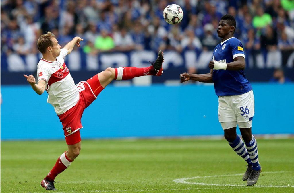 Der VfB (hier Holger Badstuber gegen den Schalker Breel Embolo) muss sich in der Relegation noch mächtig strecken, um den Klassenverbleib zu erreichen. Foto: Bongarts/Getty Images