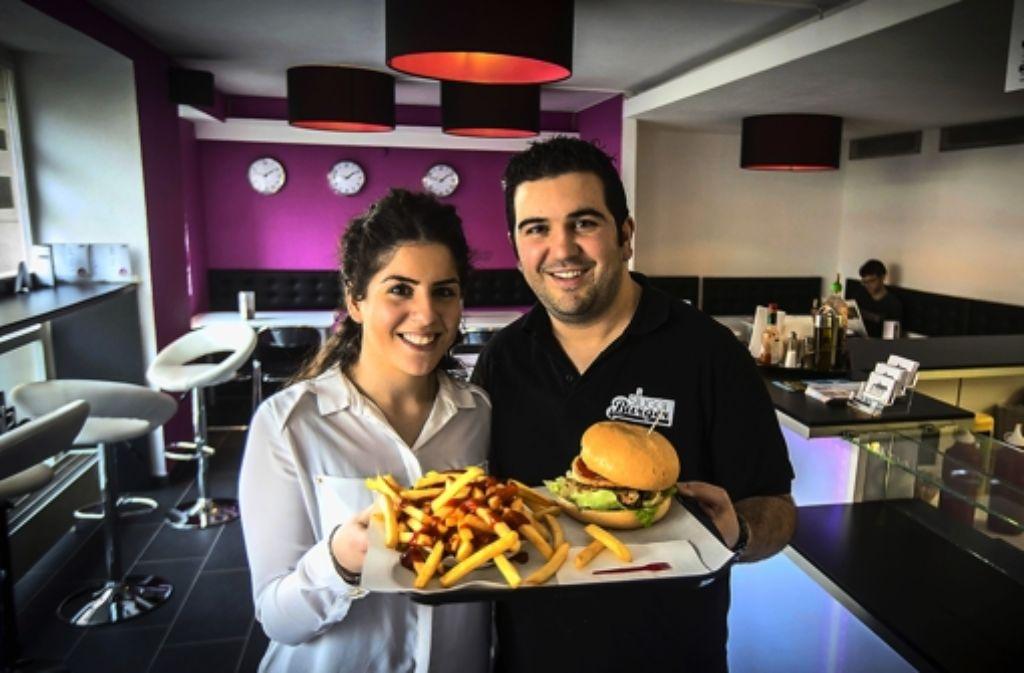 Im Westen was Neues: Geschwister Yalcin mit der Burger-Basisvariante Foto: Zweygarth