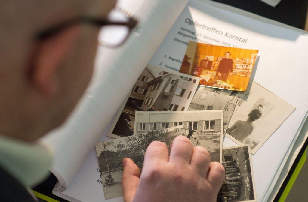 Ein Opfer betrachtet Fotos aus der Zeit in einem der Korntaler Kinderheime. Foto: dpa