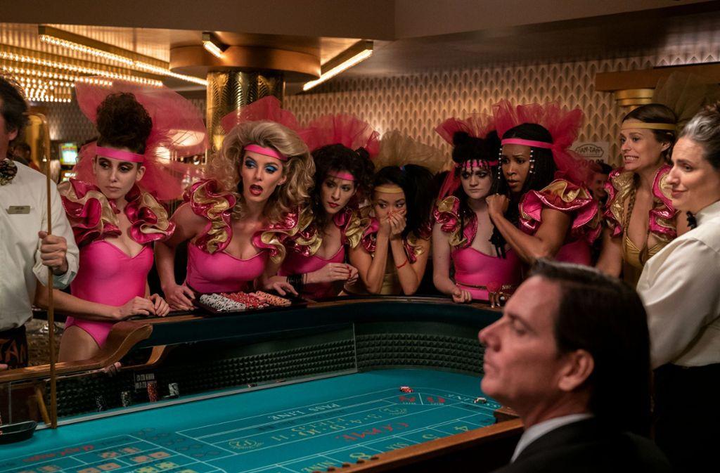 """Die """"Glow""""-Wrestlerinnen im Casino Foto: Ali Goldstein/Netflix"""