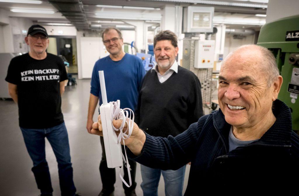 Ewald Thoma (rechts) und seine Mitstreiter vom OK Lab und von der Hochschule für Technik sind stolz auf ihren Prototyp für einen Lärmsensor. Weitere Bilder zeigt die Fotostrecke. Foto: Lichtgut/Achim Zweygarth