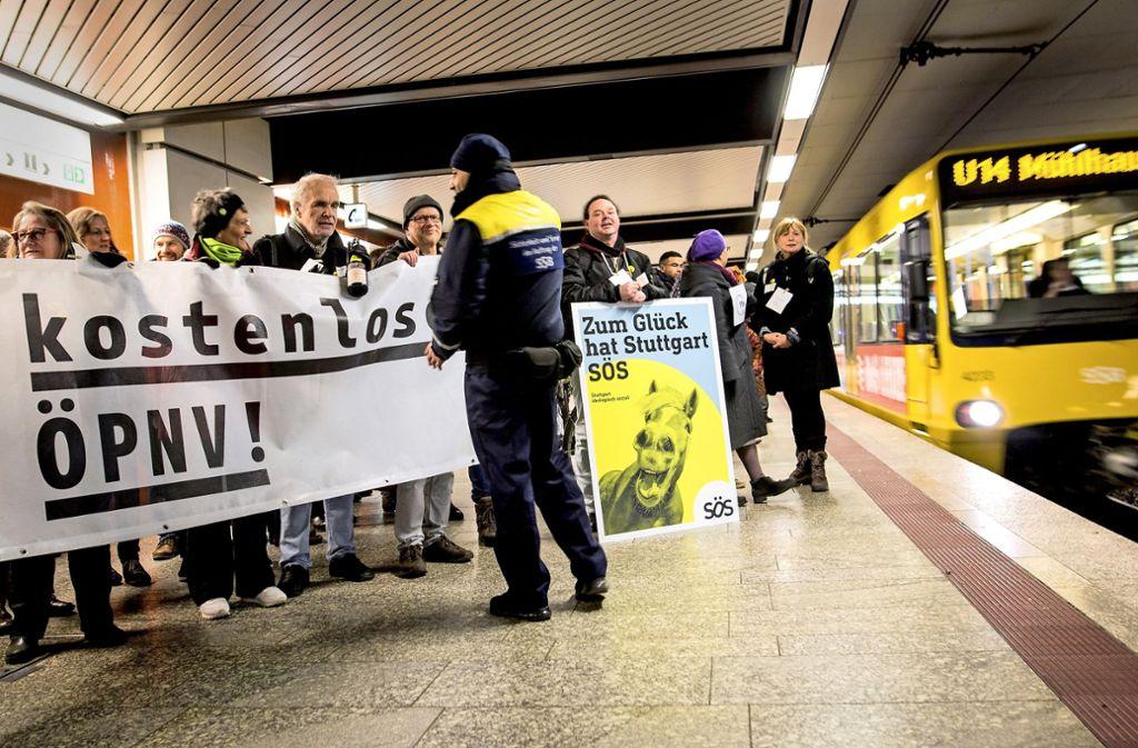 Stadtbahnfahren mit Transparent, Plakaten und einer politischen Mission. Foto: Lichtgut/Christoph Schmidt