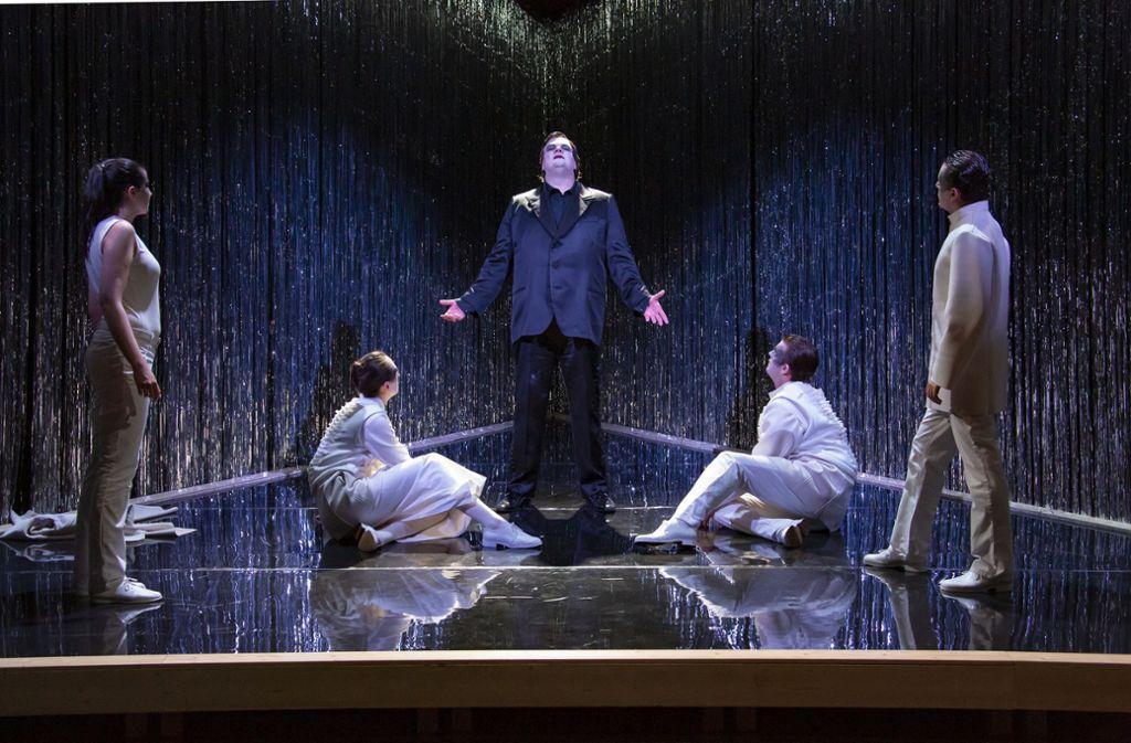 """Szene aus der aktuellen Produktion der Opernschule Stuttgart, Hans Werner Henzes """"Elegie für junge Liebende"""" Foto: Christoph Kalscheuer"""