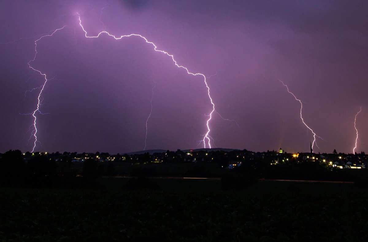 In Stuttgart und Region drohen teils schwere Sommergewitter (Symbolfoto). Foto: dpa/Christoph Schmidt