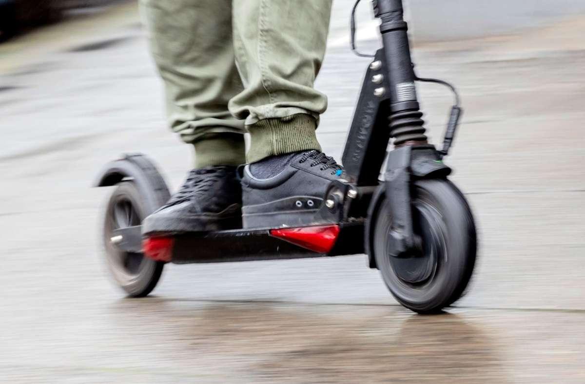 Der Fahrer eines E-Scooters stößt mit einer Autofahrerin zusammen (Symbolbild). Foto: dpa/Christoph Soeder