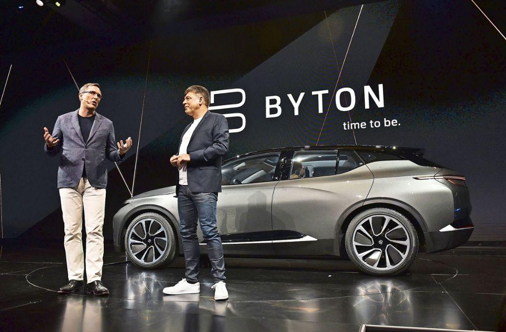 Byton stellte in Las Vegas ein neues E-Auto mit  einem 1,24 Meter breiten Display vor (im Bild Präsident Daniel Kirchert, li., und Geschäftsführer Carsten Breitfeld). Foto: AFP