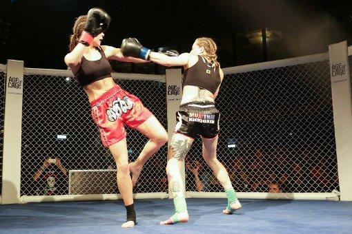 Die Französin Alisson Dissieux (links) verlor im Duell der Frauen beim Age of Cage gegen Sarah Glandien aus Heilbronn.  Foto: www.7aktuell.de | Timo Reichert