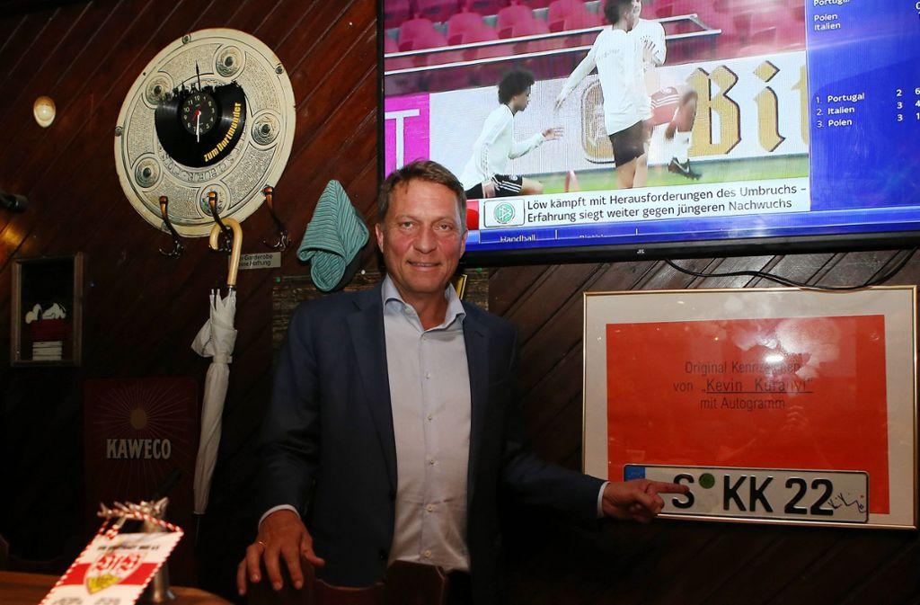 Philipp Haußmann in der Kneipe seine Vertrauens, inklusive Kevin-Kuranyi Nummernschild, auf das man im Dortmunder ziemlich stolz ist. Foto: Pressefoto Baumann