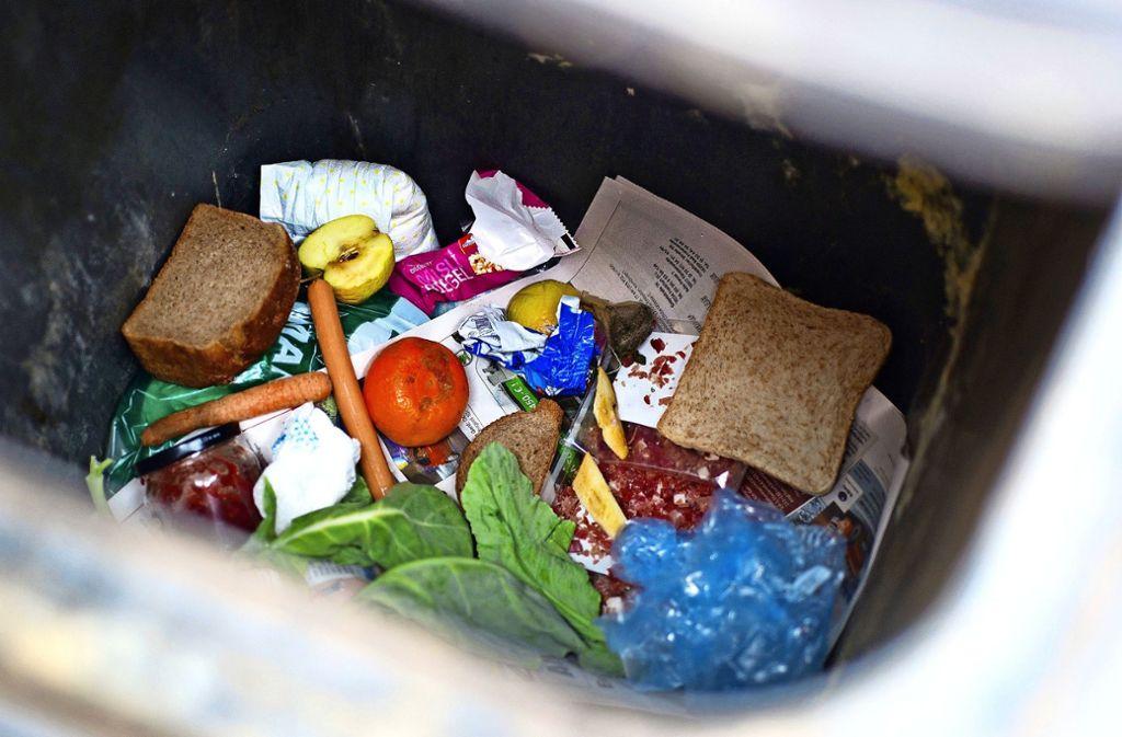 Eigentlich zu wertvoll für die Tonne: Immer wieder landen Lebensmittel im Müll. Es gibt Leute, die wollen das nicht mehr hinnehmen. Foto: dpa/Patrick Pleul