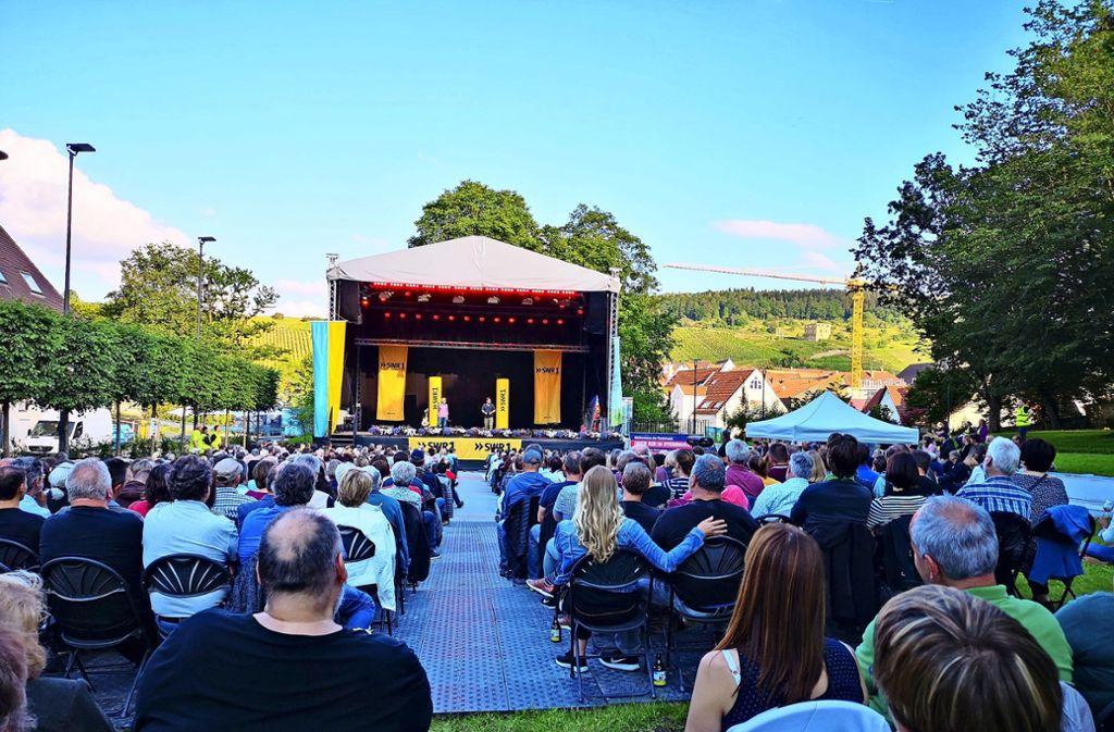 Viele Comedy-Fans  im Schlosspark: Bei der Veranstaltung unter freiem Himmel sind die Stuhlreihen gut besetzt.Foto: Patricia Sigerist Foto: