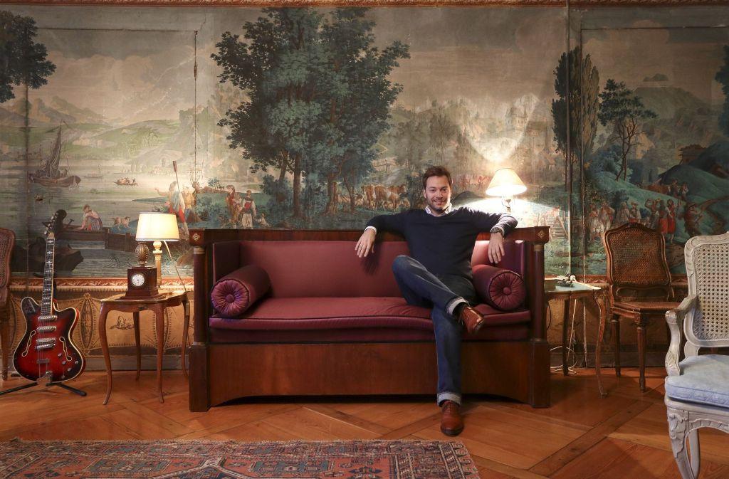 Die Antike Tapete In Adelmanns Wohnzimmer Wurde Handgefertigt
